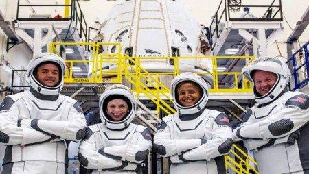 DUPA TREI ZILE PETRECUTE IN SPATIU Primii turisti spatiali ai capsulei SpaceX s-au intors pe Terra