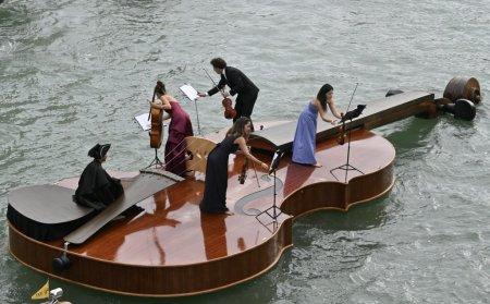 Vioara lui Noe, pe canalele din <span style='background:#EDF514'>VENETIA</span>. Muzica este dedicata victimelor Covid