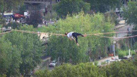 Acrobatie la nivel inalt. Francezul Nathan Paulin s-a culcat pe coarda intinsa la 70 de metri intre Turnul Eiffel si Piata Trocadero