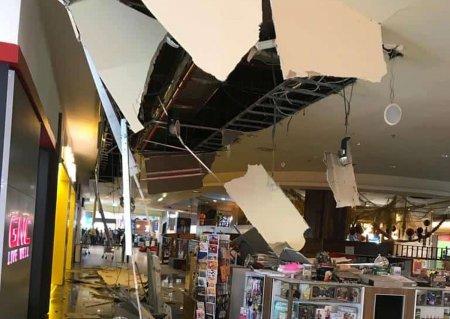 O bucata din tavanul fals de la Iulius Mall din Cluj-Napoca s-a prabusit