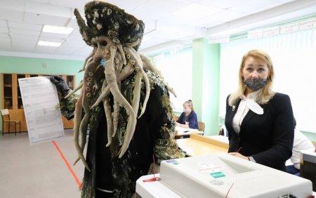 <span style='background:#EDF514'>ALEGERI</span> in Rusia. Un barbat a venit sa voteze imbracat ca in Piratii din Caraibe