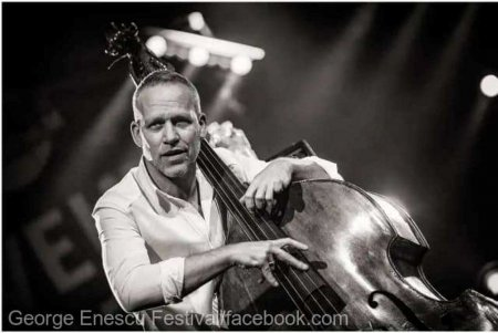 Festivalul Enescu: Basistul Avishai Cohen si dirijorul John Axelrod in concert la Sala Radio