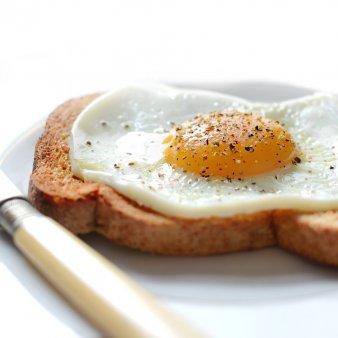 Cum sa faci oua prajite perfecte. Trucurile de care sa tii cont
