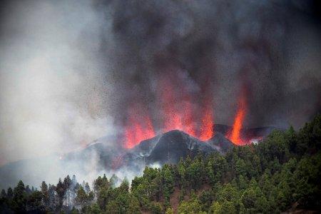 Vulcanul din La Palma a erupt dupa 50 de ani. Zeci de oameni, evacuati
