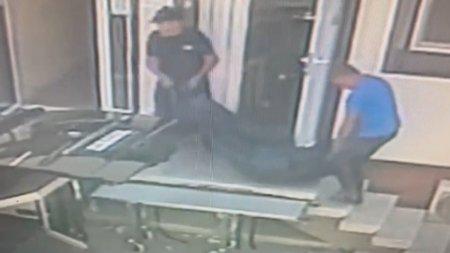 Corpul neinsufletit al unui barbat scapat de pe targa cand era scos de la morga spitalului judetean Arad