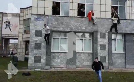 <span style='background:#EDF514'>ATAC ARMAT</span> la o universitate din Rusia. Imagini socante cu elevii care sar pe geam ca sa scape de atacator