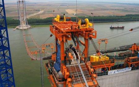 Cablul principal al <span style='background:#EDF514'>PODU</span>lui peste Dunare de la Braila a fost montat. Imagini de la lucrarile celui mai scump pod din Romania