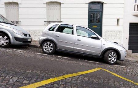 Cum sa parchezi in siguranta pe un drum in panta sau in rampa?