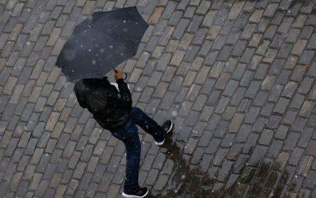 Nu lasati umbrelele acasa. Cum va fi vremea in urmatoarele doua saptamani