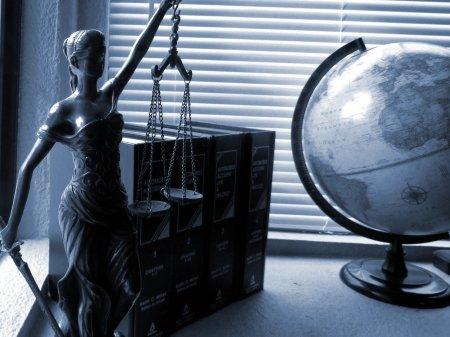 Protest in fata Curtii de Apel, dupa examenul de barou.  Selly sustine actiunea: Au dat proba in zgomot de motoare turate, fum si muzica