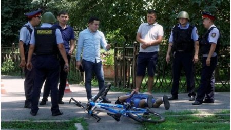Un barbat kazah a impuscat cinci oameni, inclusiv doi politisti, care incercau sa-l evacueze din casa