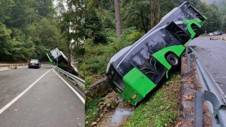Momente de panica pe o sosea din Brasov. Un autobuz a cazut in sant, dupa ce s-a defectat
