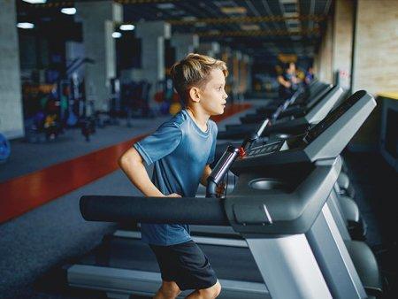 Copiii merg in salile de fitness in locul bazelor sportive pentru ca sunt mai aproape de casa. Pierde sportul de performanta pentru ca la sala mergi pentru intretinere, nu pentru performanta