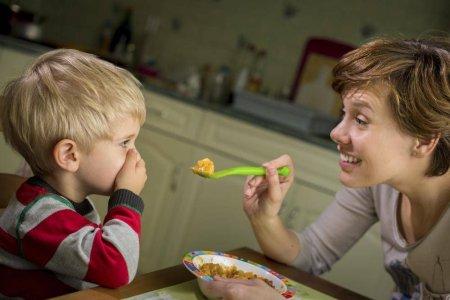E vina parintilor? <span style='background:#EDF514'>OBICEIURI</span>le alimentare alarmante ale copiilor romani