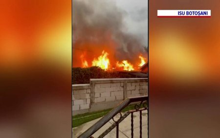 Mama si fiica, transportate la spital dupa ce casa in care locuiau a luat foc. De la ce ar fi pornit <span style='background:#EDF514'>INCENDIU</span>l