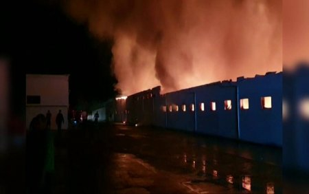 <span style='background:#EDF514'>INCENDIU</span> violent la o fabrica de paine din Constanta. 1400 de metri patrati au fost cuprinsi de flacari