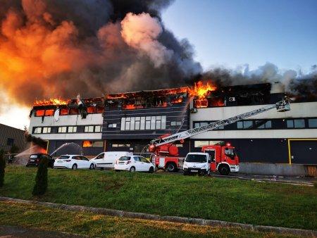 Incendiu cu degajari mari de fum in parcul Tetarom, din Cluj-Napoca. A fost emis mesaj RO-Alert