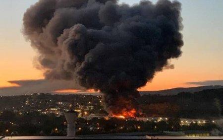 Incendiu puternic la o hala din Cluj Napoca. Oamenii sunt rugati sa stea in case si sa inchida geamurile. <span style='background:#EDF514'>GALERIE FOTO</span>