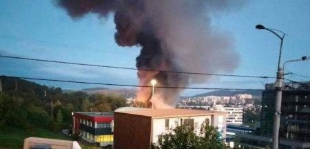 <span style='background:#EDF514'>INCENDIU</span> la un parc industrial din Cluj-Napoca. Arde o hala de circa 600 de metri patrati