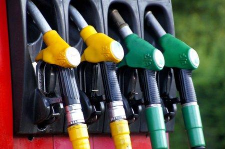 Lovitura pentru posesorii de masini pe benzina! Ce se intampla cu <span style='background:#EDF514'>PRETUL PETROLULUI</span>