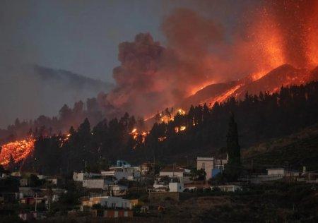 Continua eruptia vulcanului Cumbre Vieja din Canare. Imagini spectaculoase cu lava fierbinte VIDEO
