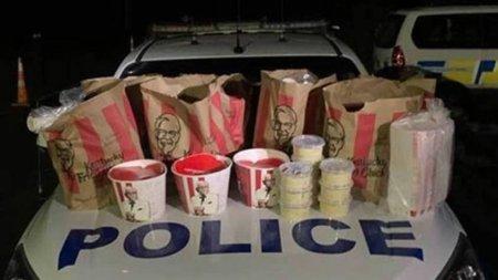 Contrabanda cu aripioare. Doi interlopi neo-zeelandezi, arestati dupa ce au incercat sa intre in Auckland, oras in carantina, cu zeci de produse fast-food