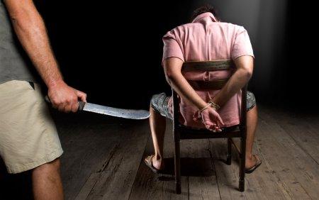 Șapte fancezi au fost condamnati la inchisoare dupa ce au <span style='background:#EDF514'>SECHE</span>strat si torturat trei romani
