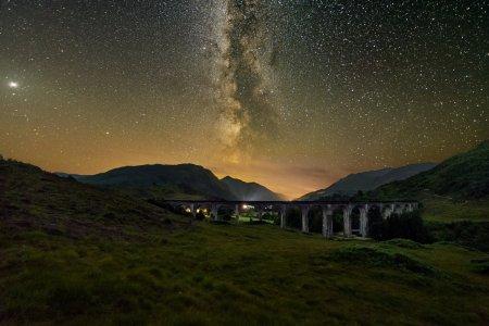Fotografie spectaculoasa cu Calea Lactee, surprinsa deasupra unui viaduct din Scotia, celebru din filmele cu <span style='background:#EDF514'>HARRY</span> Potter