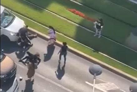 """Bataie cu crosele de golf in mijlocul strazii, pe un bulevard din Bucuresti. Europol: """"S-a jucat la sange"""""""
