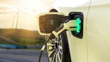 RAPORT RYSTAD ENERGY: Vehiculele electrie ar putea reduce cererea pentru produse rafinate cu 50%
