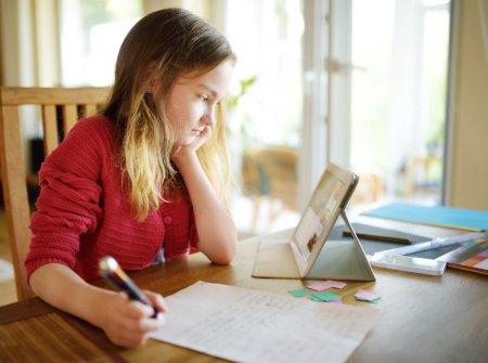 Parintii care trebuie sa stea acasa cu copiii care fac ore online vor primi 75% din salariu si in anul scolar 2021-2022