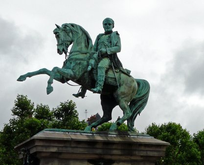 Francezii vor sa scape de statuia lui <span style='background:#EDF514'>NAPOLEON</span>. Pe cine vor sa puna in loc