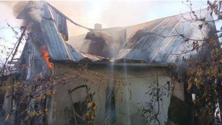 Femeie de 101 ani salvata in <span style='background:#EDF514'>ULTIMA</span> clipa de fiu, dupa ce i-a luat foc casa in Botosani