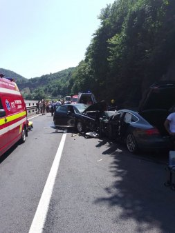 Patru persoane au murit intr-un accident, dupa ce doua autoutilitare si un auto<span style='background:#EDF514'>TURISM</span> s-au ciocnit in Ialomita