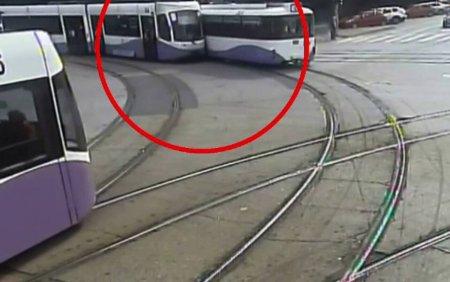 Doua tramvaie s-au ciocnit, <span style='background:#EDF514'>IN TIMISOARA</span>. Vina a fost a unuia dintre vatmani