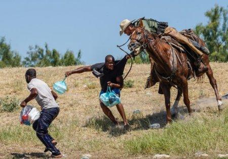 VIDEO Politisti texani calare pe cai i-au alungat cu lasoul pe imigrantii haitieni