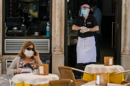 Reprezentantii HoReCa: Daca intra 20 de clienti in restaurant cu acelasi certificat verde, nu am dreptul sa ii legitimez