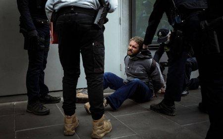 Haosul continua pe strazile din Melbourne: Sute de oameni arestati, politia a dat cu gaze lacrimogene si gloante de cauciuc