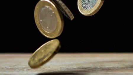 Euro se apropie vertiginos de 5 lei. A atins un nou maxim istoric in raport cu <span style='background:#EDF514'>MONEDA NATIONALA</span>