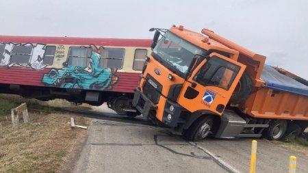 Accident grav pe calea ferata in Timis intre un camion si un tren. Doua persoane au ajuns la spital