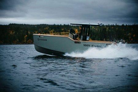 X SHORE Eelex 8000 este o barca cu motor electrica cu pret ametitor