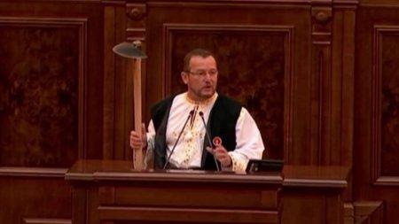 Un senator PSD a venit cu sapa in Parlament pentru a-l ironiza pe Klaus Iohannis, dupa ce presedintele a reco<span style='background:#EDF514'>MANDA</span>t golful