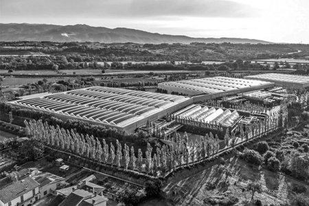 Prada, unul dintre cei mai importanti jucatori din industria luxului, investeste 19 mil. euro intr-o fa<span style='background:#EDF514'>BRIC</span>a in Romania. Gigantul fondat acum mai bine de un secol de familia cu acelasi nume are deja o fa<span style='background:#EDF514'>BRIC</span>a in Romania, la Sibiu, unde realizeaza produse din piele
