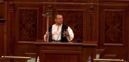 Senator PSD, discurs ironic la adresa presedintelui, in plenul Senatului, cu o sapa in mana: Ma scuzati dragi colegi, dar tara merge tot mai prost