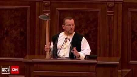 Un senator PSD a venit cu sapa in Parlament pentru a-l ironiza pe Klaus Iohannis