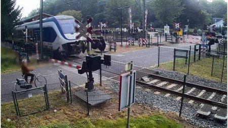 A s<span style='background:#EDF514'>CAPA</span>t de moarte ca prin urechile acului. O femeie din Olanda a fost la un pas sa fie strivita de tren