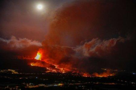 Eruptia vul<span style='background:#EDF514'>CANU</span>lui din La Palma. Aproximativ 10.000 de persoane sunt evacuate de pe insula. Lava continua sa avanseze