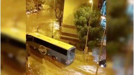 Inundatii masive in Spania, unde strazile au fost transformate in rauri