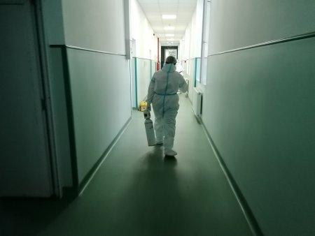 Am stat o zi in sectia COVID, ca sa nu stai si tu. Am vorbit nu cu medicii, ci cu infirmierele si asistentii, iar furia si frustrarea lor sunt imense