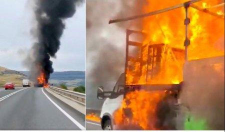 Incendiu puternic pe o autostrada din Cluj. Un camion plin cu mobila a ars in totalitate